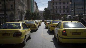 Σε νέα 24ωρη απεργία έχουν προχωρήσει τα ταξί αντιδρώντας στην τροπολογία που κατατέθηκε για τα προαπαιτούμενα της τέταρτης αξιολόγησης, καθώς στην ουσία στρώνει το χαλί για την επιστροφή της Uber. Δείτε αναλυτικά τι συμβαίνει. Το ΣΑΤΑ υποστηρίζει ότι η ελάχιστη διάρκεια της σύμβασης ολικής μίσθωσης με οδηγό μέσω προκρατήσεως δεν θα πρέπει να μειωθεί σε μισή ώρα, γιατί έτσι διευκολύνεται η χρήση οχημάτων από εταιρείες τύπου Uber.
