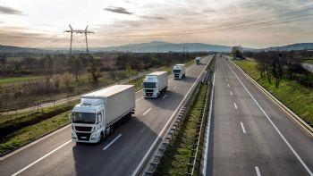 Σε ανοικτή επιστολή που απέστειλε στα αρμόδια όργανα της ΕΕ, η Διεθνής Ένωση Οδικών Μεταφορών (IRU) ζητά τη στήριξη των οδικών μεταφορών με κονδύλια έως και 75 δισεκατομμυρίων ευρώ. Σύμφωνα με τα στοιχεία της IRU, οι απώλειες του κλάδου των οδικών μεταφορών για το 2020 αναμένεται να ανέλθουν στα 150 δις ευρώ σε σχέση με το 2019!