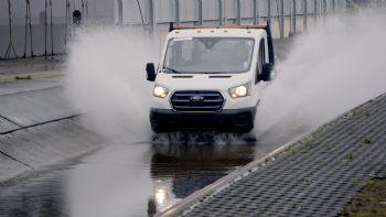 Στο κρύο της Σιβηρίας, στον καύσωνα της Σαχάρας, σε υψόμετρα ίσα με το …μπόι του Ολύμπου, αλλά και σε λασπόλουτρα όπως και σε χιλιάδες περάσματα από καρόδρομους. Οι παραπάνω συνθήκες είναι μερικές μόνο από όσες προσομοίωσαν οι μηχανικοί της Ford, «βασανίζοντας» το ηλεκτρικό E-Transit ώστε αυτό να αποδείξει το «ποιόν» του. Σε ακραίες δοκιμές υπέβαλλαν οι μηχανικοί της Ford το ηλεκτροκίνητο E-Transit, το οποίο αναμένεται να λανσαριστεί την άνοιξη του 2022.