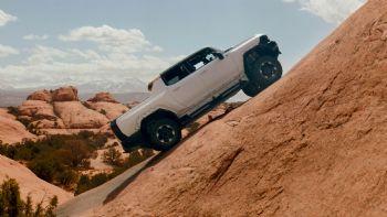 Σε ένα από τα πιο εμβληματικά εκτός δρόμου σκηνικά των ΗΠΑ, στο Μόαμπ της Γιούτα, οι μηχανικοί της GMC δοκιμάζουν τις δυνατότητες του high-tech συστήματος τετρακίνησης και τα off-road χαρακτηριστικά του επερχόμενου, ηλεκτρικού HUMMER EV Pick-Up. Στις απαιτητικές συνθήκες του Μόαμπ της Γιούτα, δοκιμάζονται οι off-road δυνατότητες του νέου, ηλεκτρικού GMC HUMMER EV Pick-Up.