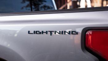 Την προσεχή Τετάρτη 19 Μαΐου, η Ford θα αποκαλύψει την ηλεκτρική έκδοση του best-seller μοντέλου της στις ΗΠΑ, του εμβληματικού F-150, του οποίου το όνομα θα συνοδεύει το «Lightning». Σε μία εβδομάδα θα παρουσιαστεί το F-150 Lightning, η ηλεκτρική έκδοση του πιο δημοφιλούς οχήματος της Αμερικής.