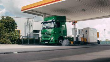 Χάρη στη συνεργασία των Mercedes-Benz Trucks και Shell, επιλεγμένα Actros με πρωτότυπο προς το παρόν εξοπλισμό, μπορούν να πληρώσουν από μόνα τους, αυτόματα το κόστος των καυσίμων σε ένα πρατήριο, με προφανή οφέλη τόσο για τους οδηγούς όσο και για τις μεταφορικές εταιρείες. Για πρώτη φορά, ένα Mercedes-Benz Actros μπορεί να πληρώσει αυτόματα για το κόστος των καυσίμων σε ένα πρατήριο της Shell, κάτι που έχει σημαντικά οφέλη σε όρους ασφάλειας, άνεσης και παραγωγικότητας.