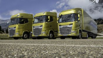 H DAF Trucks παρουσιάζει τη νέα γενιά του δημοφιλούς DAF XF και παράλληλα δημιουργεί δύο νέες ναυαρχίδες, τα XG και XG+, που διαθέτουν τις πιο άνετες καμπίνες της αγοράς, ένα στοιχείο ιδιαίτερα κρίσιμο κατά τις διεθνείς μεταφορές, όπως και η χαμηλότερη κατά 10% κατανάλωση καυσίμου των νέων ολλανδικών φορτηγών. Ας τα γνωρίσουμε… Προς το τέλος του χρόνου θα ξεκινήσει η παραγωγή των τριών DAF νέας γενιάς.