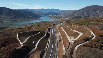 Η Κομισιον έδωσε το πράσινο φως για την κατασκευή του νοτίου τμήματος του αυτοκινητόδρομου E65 που θα χρηματοδοτηθεί από το ελληνικό δημοσιο με 306 εκατ. ευρώ. Στην πλήρη ανάπτυξη του ο Αυτοκινητόδρομος Κεντρικής Ελλάδος (Ε65)θα εκτείνεται σε μήκος 175 χιλιομέτρων.
