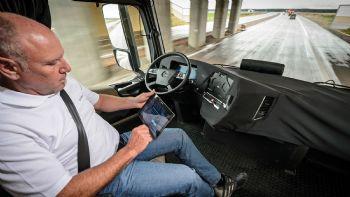 Ανακαλύψτε μαζί μας τις κορυφαίες τεχνολογικές καινοτομίες που διατίθενται ήδη στα επαγγελματικά οχήματα, στον δρόμο προς την… πλήρη αυτονόμηση τους μέσα στις επόμενες δεκαετίες. Στον δρόμο προς την πλήρη αυτονόμηση!