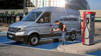 Το ντεμπούτο του στη χώρα μας πραγματοποιεί το πρώτο ηλεκτρικό επαγγελματικό όχημα της Volkswagen, το e-Crafter, που με αυτονομία 173 χλμ. και ωφέλιμο φορτίο έως και 970 κιλά, προορίζεται για τις «last mile» αστικές διανομές μηδενικών ρύπων. Ας δούμε πόσο κοστίζει και με την ευκαιρία να θυμηθούμε τα βασικά του χαρακτηριστικά… Το νέο αμιγώς ηλεκτρικό Volkswagen e-Crafter διευρύνει την πλήρη γκάμα του δημοφιλούς επαγγελματικού μοντέλου, ως το πρώτο μεγάλο βαν της μάρκας με μηδενικές εκπομπές ρύπων.