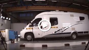 «Τραγικά» ήταν τα πρώτα crash-tests που πραγματοποιήθηκαν από το αντίστοιχο υπουργείο Μεταφορών της Σουηδίας σε αυτοκινούμενα τροχόσπιτα, με τις αρχές να εξετάζουν πλέον πιο εντατικές δοκιμές σε συνεργασία με το Euro NCAP. Δείτε το video… «Μια εικόνα = χίλιες λέξεις» ωστόσο, το συγκεκριμένο video είναι σίγουρο πως θα προβληματίσει πολλούς αναφορικά με την ασφάλεια που προσφέρουν τα αυτοκινούμενα τροχόσπιτα…