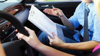 Δυνατότητα απόκτησης άδειας ικανότητας οδήγησης από τα 17 έτη καθώς και πρόστιμα έως 6.000 ευρώ για την πάταξη της διαφθοράς στις διαδικασίες από εξεταστές, εξεταζόμενους και σχολές οδήγησης προβλέπονται στο νέο νομοσχέδιο που είναι ante portas. Πρόστιμα έως και 6.000 ευρώ προβλέπονται σε περιπτώσεις διαφθοράς για τους εξεταστές τα οποία, σε περίπτωση υποτροπής θα τριπλασιάζονται.