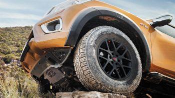 Η κατηγορία των ελαφρών ημιφορτηγών, πιο γνωστών και ως Pick-Up, έχει καταφέρει κατά τη διάρκεια των τελευταίων ετών να αναβαθμίσει σημαντικά το προφίλ και να αυξήσει εντυπωσιακά τις πωλήσεις της, καθώς προσφέρει εκδόσεις με ιδιαίτερα… πολιτισμένο χαρακτήρα και εξοπλισμό που παραπέμπει σε πολυτελή SUV οχήματα. Ωστόσο αυτήν είναι η μία όψη του νομίσματος…  Pick-Up εκτός της πεπατημένης
