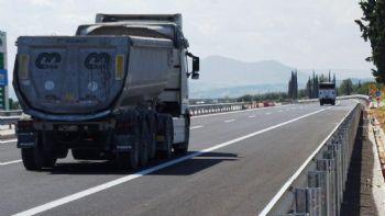 Η άρση των περιορισμών κυκλοφορίας για τα φορτηγά με ωφέλιμο άνω του 1,5t. στο εθνικό οδικό δίκτυο κατά την περίοδο του Πάσχα και της Πρωτομαγιάς, ανακοινώθηκε με Κοινή Υπουργική Απόφαση.  «Ελεύθερα» τα φορτηγά το Πάσχα & την Πρωτομαγιά