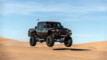 Δείτε το ειδικά διασκευασμένο Jeep Gladiator από την Hennessey με την ονομασία «Maximus» των 1.000 ίππων να οργώνει –όταν δεν απογειώνεται- τους αμμόλοφους!  «Πετούν» τα Pick-Up την άμμο; (+vid)