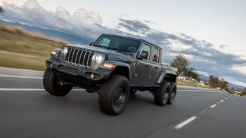 Η εταιρεία «Next Level» παρουσίασε μια νέα, άκρως επιβλητική, διασκευή του Jeep Gladiator που εφοδιάζεται με έξι συνολικά τροχούς και σύστημα μετάδοσης της κίνησης και στους τρεις άξονες.  Η εταιρεία Next Level διασκεύασε το νέο Jeep Gladiator σε μια ειδική -6x6- έκδοση.