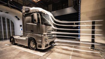 Η νέα γενιά του Mercedes-Benz Actros έχει να επιδείξει ακόμη χαμηλότερη (-5%) κατανάλωση καυσίμου σε σχέση με τον προκάτοχο της, χάρη και στον σημαντικά βελτιωμένη αεροδυναμικό συντελεστή του.  Προκειμένου να εξελιχθεί η σχεδίαση της καμπίνας του νέου Actros δαπανήθηκαν χιλιάδες εργατοώρες σε δοκιμές σε αεροδυναμική σήραγγα.