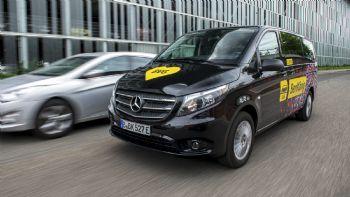 Με κόστος αγοράς από 54.395 ευρώ για την αγορά της Γερμανίας, το Mercedes-Benz eVito Tourer ξεκίνησε ήδη την εμπορική του πορεία σε διάφορες αγορές της ΕΕ. Η επιβατική έκδοση –Tourer- του eVito έχει μέγιστη αυτονομία έως και 186 χλμ., κινούμενη με μέγιστη ταχύτητα έως και 120 χλμ./ώρα με πλήρες φορτίο.