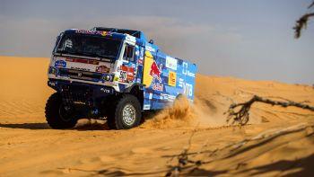 Τη 18η νίκη της στο Rally Dakar πέτυχε η Kamaz, καταλαμβάνοντας μάλιστα και τις τρεις θέσεις του podium στα φορτηγά ενώ, στην κατηγορία των αυτοκινήτων μεγάλων πρωταγωνιστής ήταν ο Stephane Peterhansel.  Το Kamaz του θριαμβευτή στο 43ο Ράλι Ντακάρ, Dmitry Sotnikov.