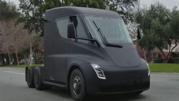 Να πραγματοποιεί δοκιμαστικές διαδρομές στους δημόσιους δρόμους εντοπίστηκε το πρωτότυπο ηλεκτρικό φορτηγό της Tesla. Δείτε περισσότερα. Να πραγματοποιεί δοκιμαστικές διαδρομές στους δημόσιους δρόμους εντοπίστηκε το πρωτότυπο ηλεκτρικό φορτηγό της Tesla.
