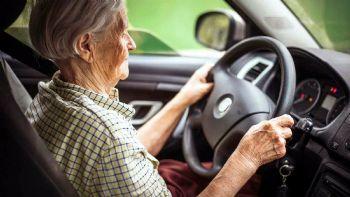 Με βάση διευκρινιστική εγκύκλιο, δεν θα ισχύει πλέον η υποχρεωτική κατάθεση της επαγγελματικής άδειας οδήγησης των αυτοκινητιστών Taxi, ως προϋπόθεση για την συνταξιοδότηση τους. Οι συνταξιοδοτημένοι οδηγοί Taxi θα μπορούν πλέον να συνεχίσουν να βρίσκονται πίσω από το τιμόνι καθώς δεν θα απαιτείται η κατάθεση της επαγγελματικής άδειας οδήγησης τους.