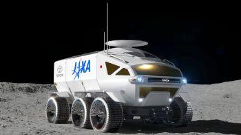 Στο πλαίσιο της συνεργασίας της JAXA (Japan Aerospace Exploration Agency) και της Toyota, ανακοινώθηκε πως μέχρι το 2029 θα είναι έτοιμο το διαστημικό όχημα της δεύτερης που θα χρησιμοποιηθεί σε διαστημικές αποστολές! Μέχρι το 2029, το πρωτότυπο επανδρωμένο όχημα της Toyota θα είναι σε θέση να ξεκινήσει το ταξίδι του για τη Σελήνη!