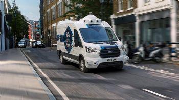 Θα εμπιστευόσασταν τα δέματά σας σε ένα van χωρίς οδηγό; Την απάντηση ψάχνει η Ford με τη βοήθεια της Hermes, διερευνώντας το μέλλον των κατ` οίκον παραδόσεων με ένα ειδικά διαμορφωμένο Transit που πλαισιώνεται από πεζούς couriers. Το Πρόγραμμα Έρευνας Αυτόνομων Οχημάτων της Ford, είναι σχεδιασμένο για να βοηθήσει τους Ευρωπαίους να κατανοήσουν πώς τα αυτόνομα οχήματα μπορούν να αποβούν επωφελή.