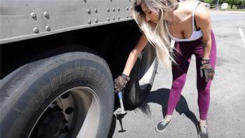 Δεν ξέρουμε αν είναι η πιο «καυτή» γυναίκα οδηγός νταλίκας της Αμερικής όπως αυτοπροσδιορίζεται, το σίγουρο είναι πως το κορίτσι αυτό είναι «με τα όλα του»! Τόσο στα φυσικά προσόντα (sic) όσο και στις συνολικές δεξιότητες γύρω από το φορτηγό. Απολαύστε την! VIDEO: Είναι η πιο hot οδηγός που έχεις δει ποτέ;