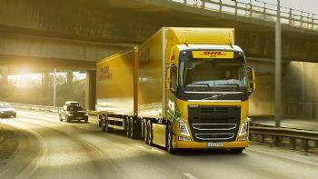 Η DHL Freight και η Volvo Trucks ενώνουν τις δυνάμεις τους για να επιταχύνουν την μετάβαση σε οδικές μεταφορές χωρίς τη χρήση ορυκτών καυσίμων σε μεγάλες αποστάσεις.  Ξεκίνησαν οι δοκιμές του νέας γενιάς Volvo FH σε αμιγώς ηλεκτρική έκδοση, αγνώστων -προς το παρόν- τεχνικών στοιχείων.