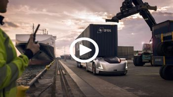 Το ηλεκτροκίνητο και πλήρως αυτόνομο πρωτότυπο φορτηγό Volvo Vera, ανακοινώθηκε πως ξεκινά τα πρώτα δρομολόγια του σε πραγματικές συνθήκες χρήσης. Δείτε το video του εντυπωσιακού οχήματος χωρίς καμπίνα οδηγού! Το Volvo Vera ξεκίνησε τις πρώτες πιλοτικές δοκιμές χρήσης του μεταφέροντας –αυτόνομα- φορτία στο εμπορευματικό λιμένα του Γκέτεμποργκ.