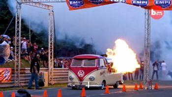 Δείτε το εντυπωσιακό VW T2 εν δράση, που μάλιστα μπορεί να κινηθεί νόμιμα στον δρόμο (ΗΠΑ γαρ…)!  Ενα VW T2 του 1958 με κινητήρα jet 5.000hp (+vid)!