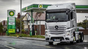 Με τη συνεργασία της bp, της Mercedes-Benz Trucks UK και της μεταφορικής εταιρείας Wren Kitchens, κατέστη δυνατή η ψηφιακή πληρωμή του κόστους καυσίμων μέσα από το φορτηγό.