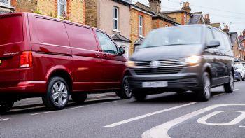 Έρευνα της Volkswagen Commercial Vehicles αναδεικνύει στατιστικά και κόστη γύρω από τους σπασμένους καθρέπτες των Van, που εντυπωσιάζουν και προβληματίζουν ταυτόχρονα. Δείτε τι ισχύει σχετικά με τη συχνότερη ζημιά των επαγγελματικών οχημάτων. Το 62% των συμμετεχόντων οδηγών Van σε έρευνα που διεξήγαγε η Volkswagen Commercial Vehicles, δήλωσε ότι έχουν σπάσει τους καθρέπτες των οχημάτων τους όταν κινούνται σε στενούς δρόμους ή όταν έχουν παρκάρει.
